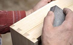 Handschliff an der Rückseite einer Schublade