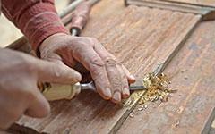 altes Holz mit Stechbeitel bearbeiten