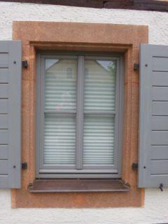 Fensterladen mit Füllung, quer gestäbt