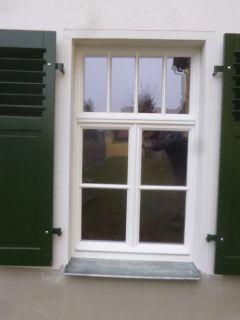 Fensterladen mit Holz und Lamellenfüllung