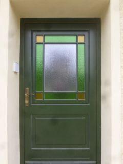 Haustür mit bunten Glasfeldern