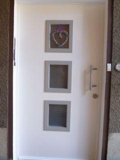 Plattenhaustür mit 3 quadratischen Glasfeldern