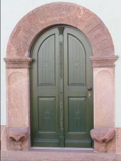 Rundbogenhaustür mit 2flügliger Optik